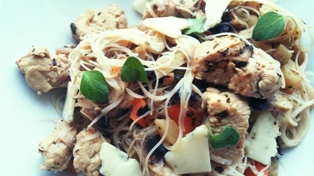 Makaron z ryżu brązowego z warzywami i indykiem