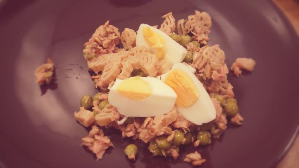 Sałatka z tuńczykiem, makaronem i jajkiem