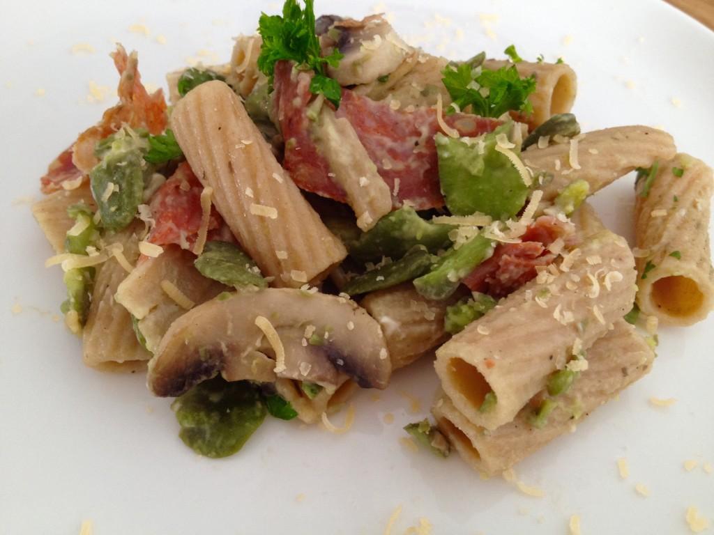 Makaron razowy carbonara z bobem i salami