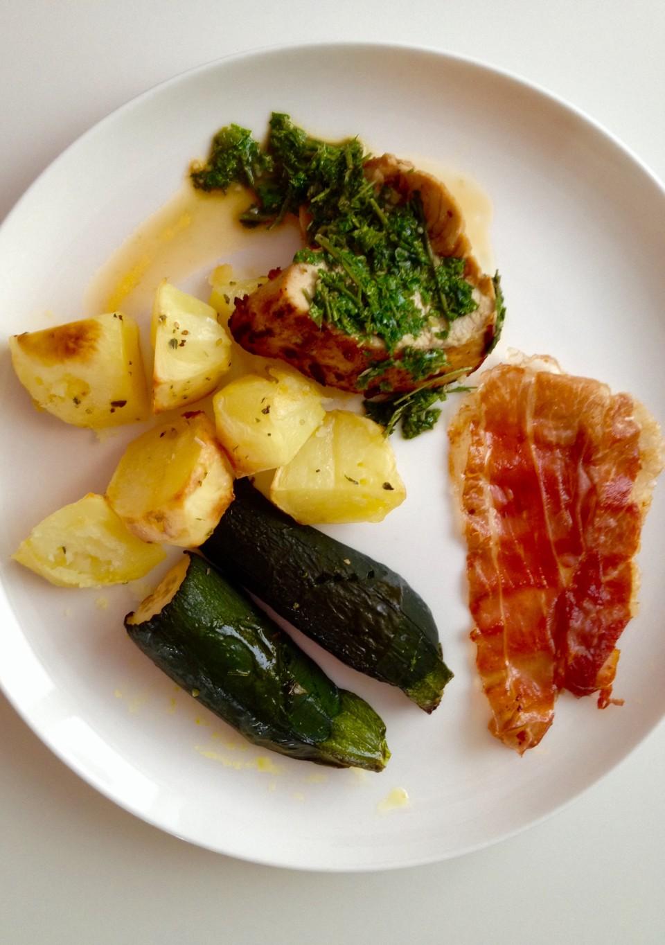 Pierś z indyka w sosie chimichurri, chipsem z prosciutto crudo i warzywami