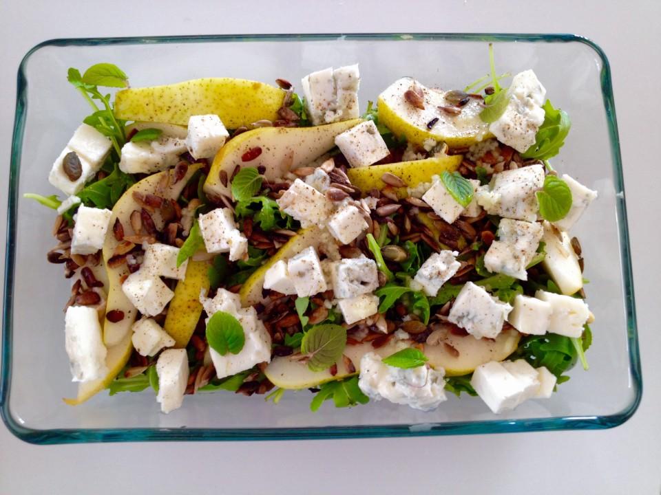 Sałatka z gruszką, gorgonzolą i świeżą miętą