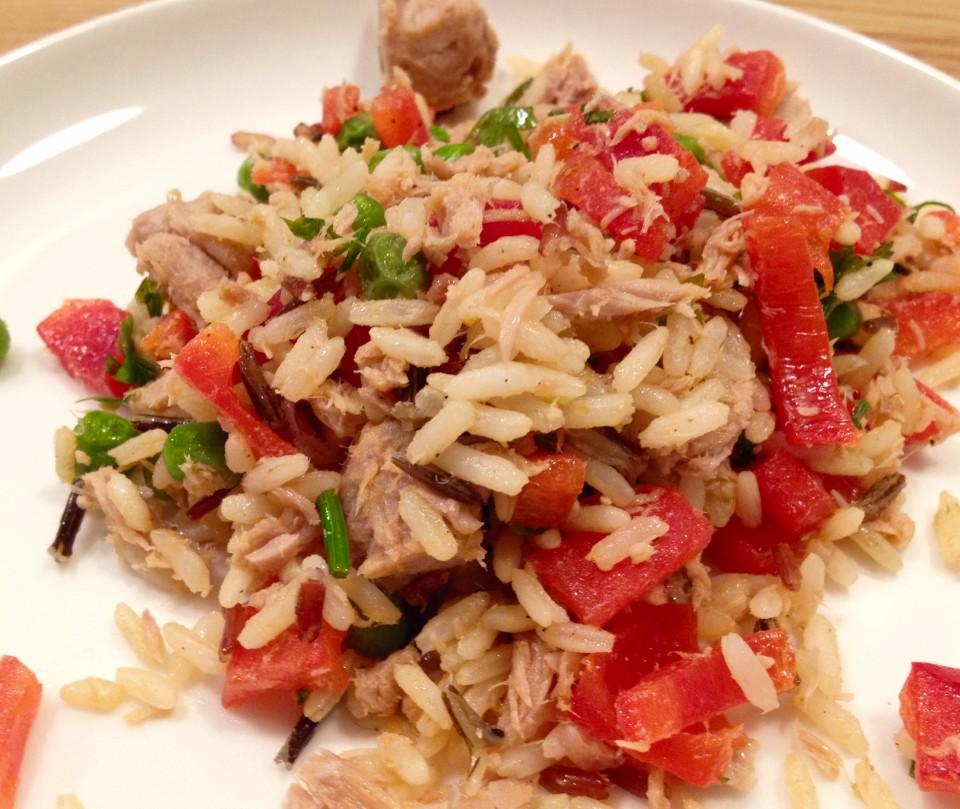 Sałatka z ryżem, tuńczykiem i zielonym groszkiem