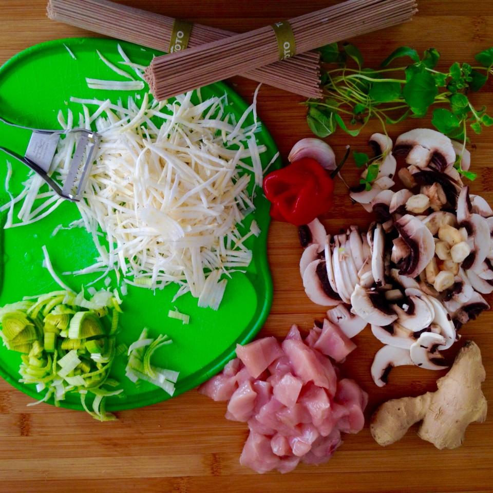 Makaron soba z indykiem i warzywami z patelni