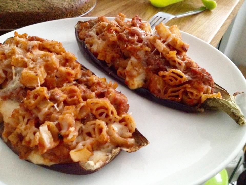 Bakłażan faszerowany makaronem i serem w sosie pomidorowym