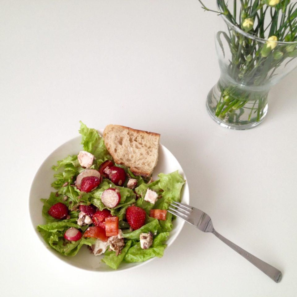 Letnia sałatka z fetą, rzodkiewką i truskawkami