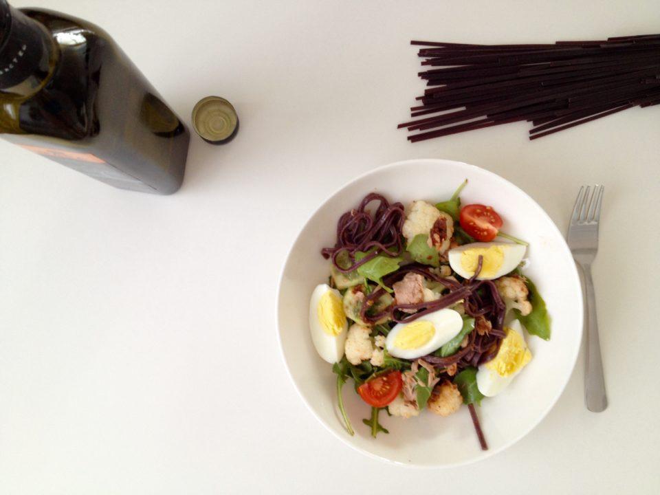 Sałatka z czarnym makaronem, jajkiem i rukolą