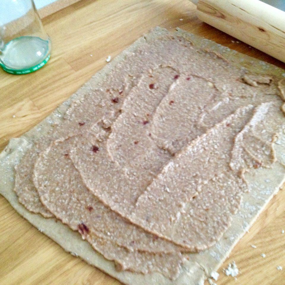 Bułeczki z mąki pełnoziarnistej z syropem klonowym i cynamonem