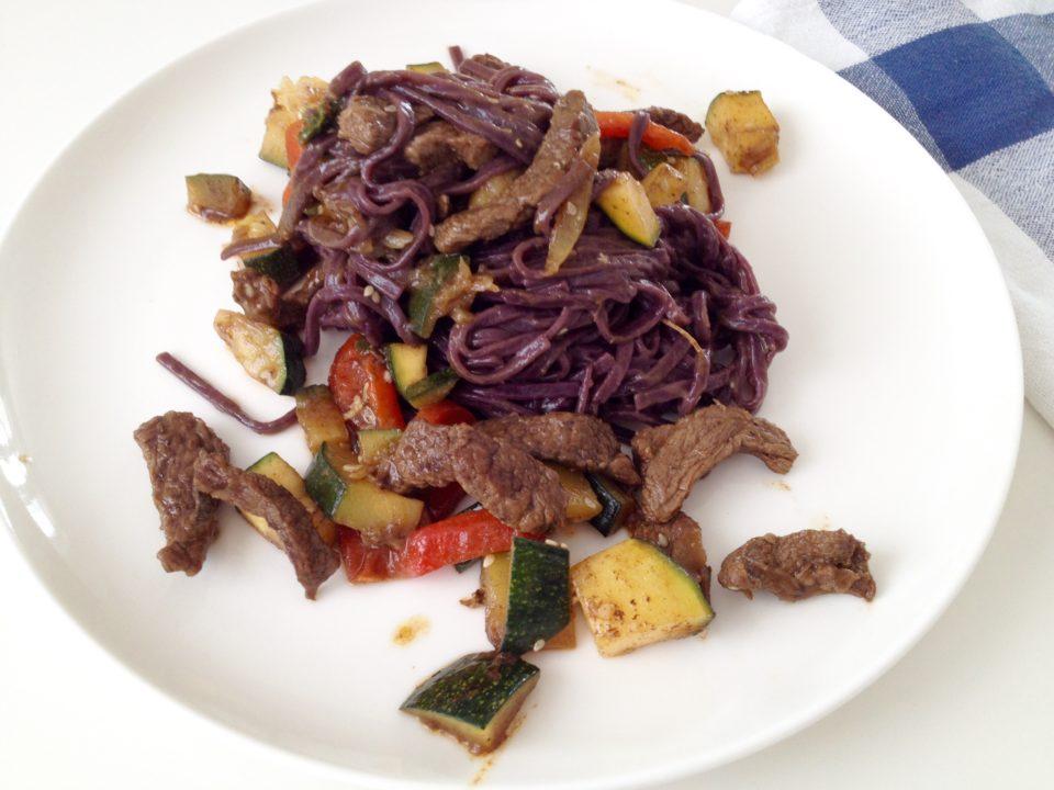 Czarny makaron ryżowy z wołowiną i warzywami