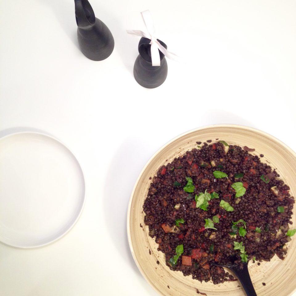 Sałatka z czarnej soczewicy, cukinii i papryki