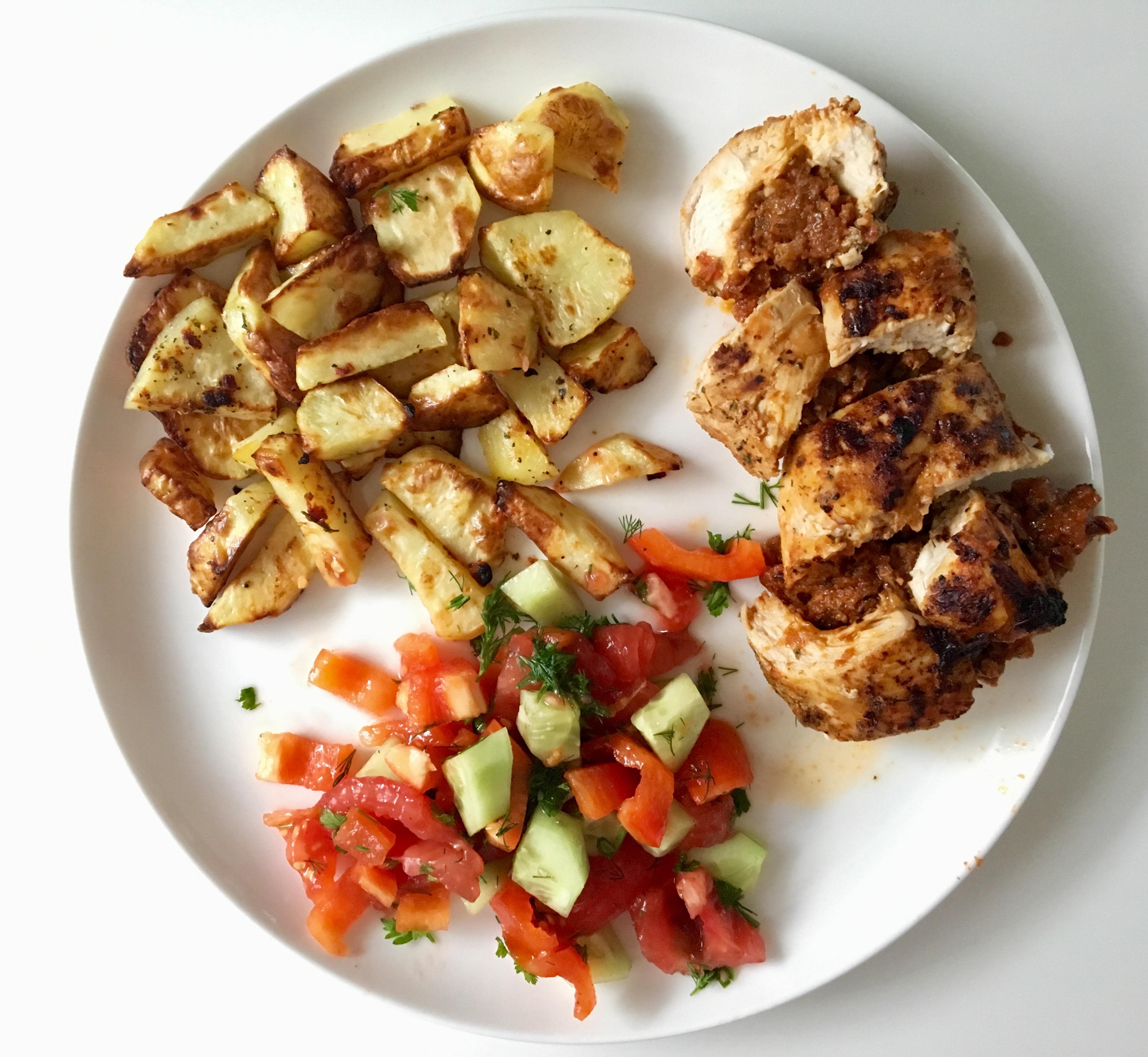 Pierś z kurczaka faszerowana suszonymi pomidorami i mozzarellą