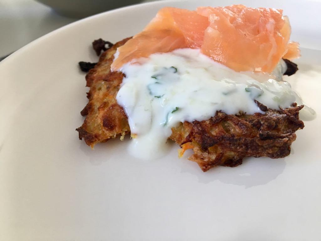 Placki ziemniaczane z łososiem i sosem jogurtowym