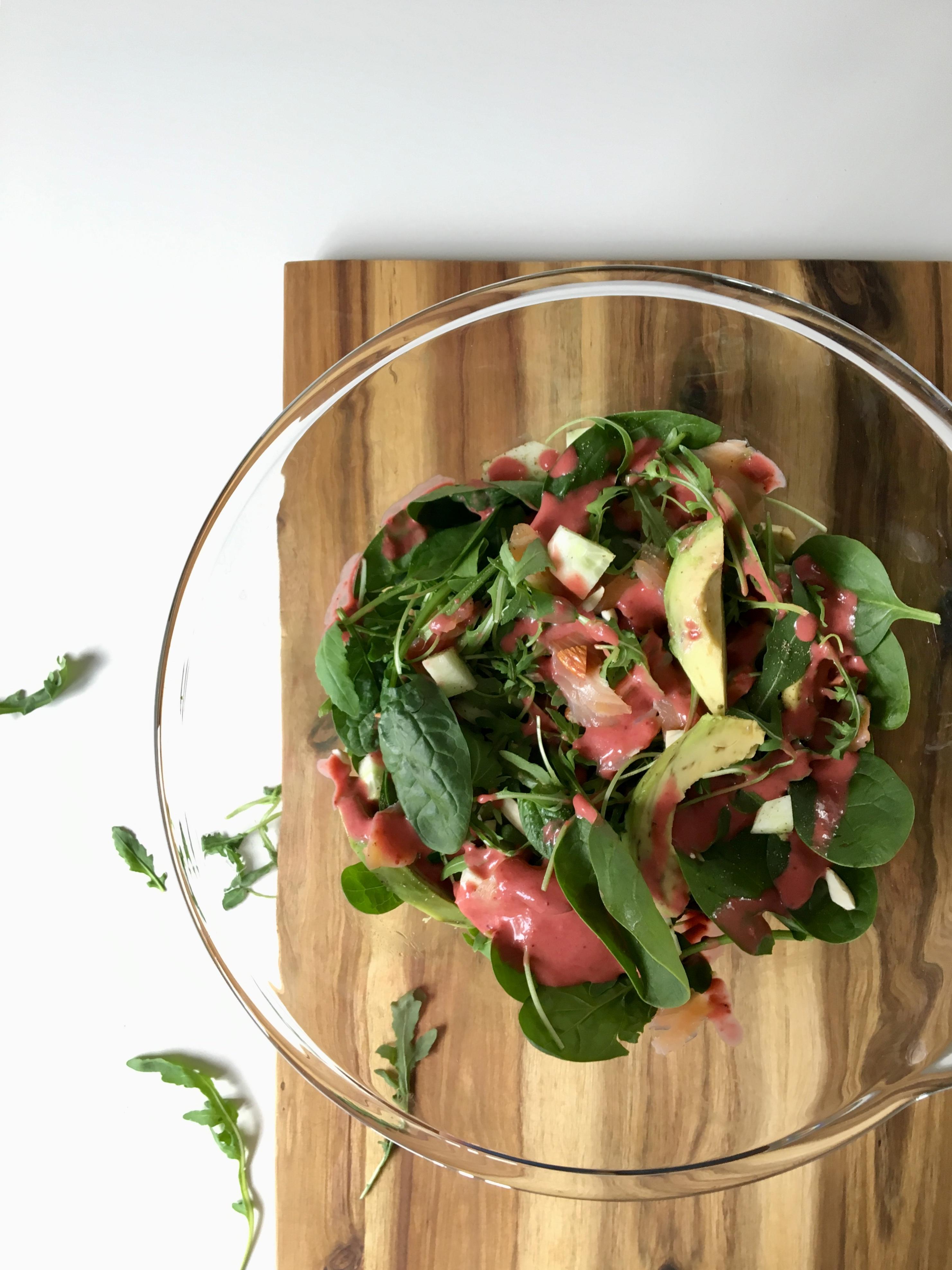 Sałatka z awokado, łososia wędzonego i rukoli z dressingiem malinowym