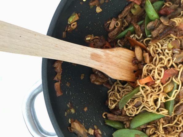 Makaron razowy noodle z wołowiną – danie typu stir fry