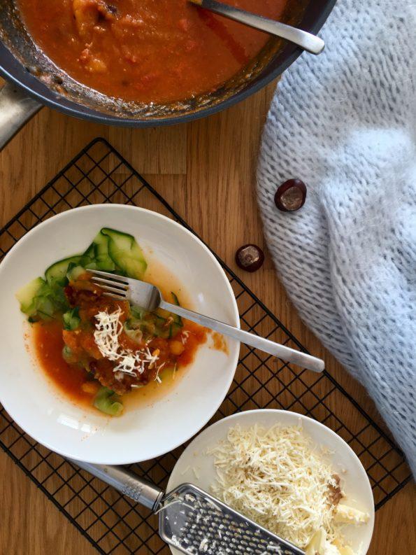 Sos dyniowy – jesienny z czerwoną fasolą i makaronem z cukinii