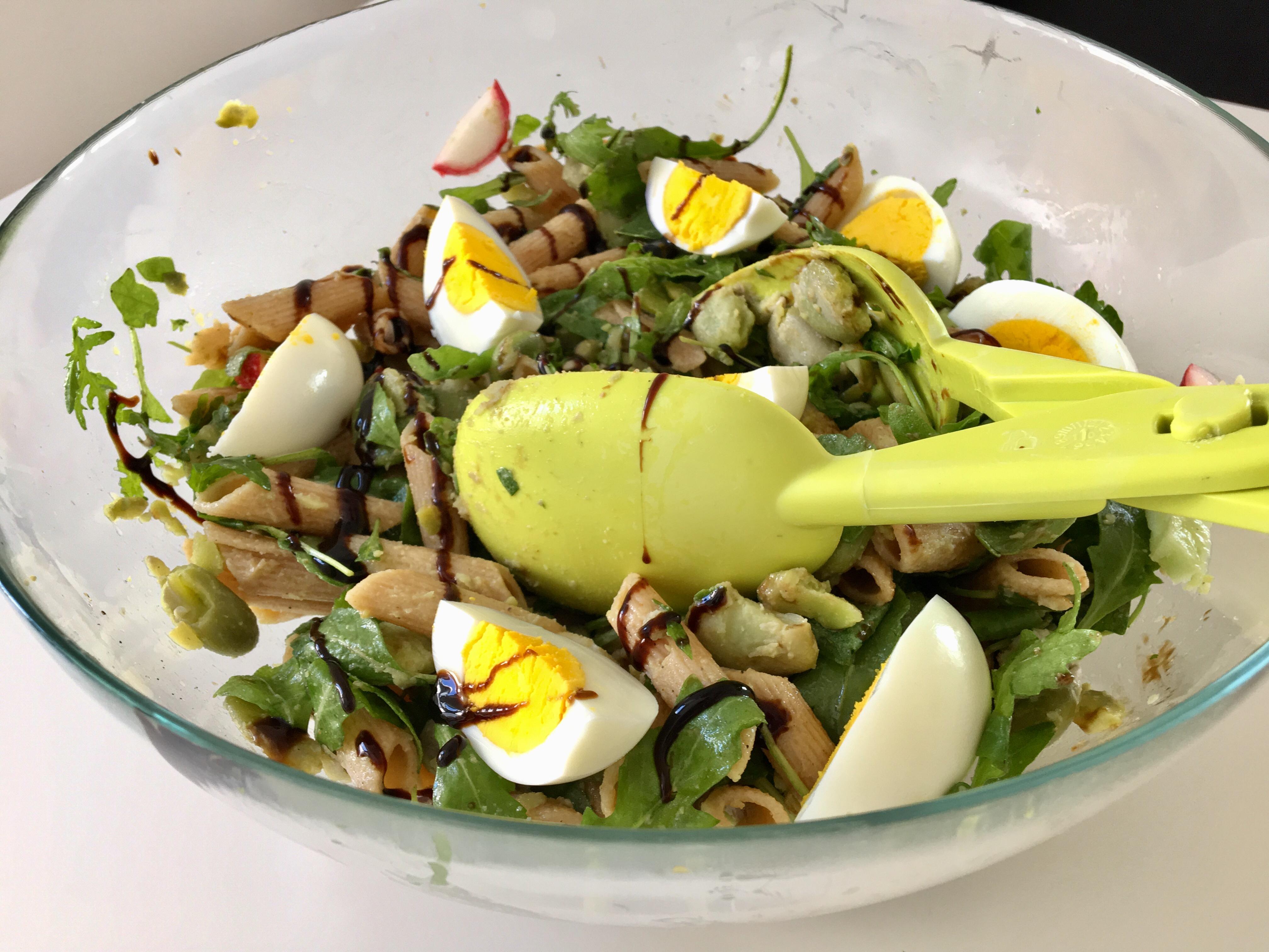 Sałatka makaronowa z bobem, rukolą i jajkiem