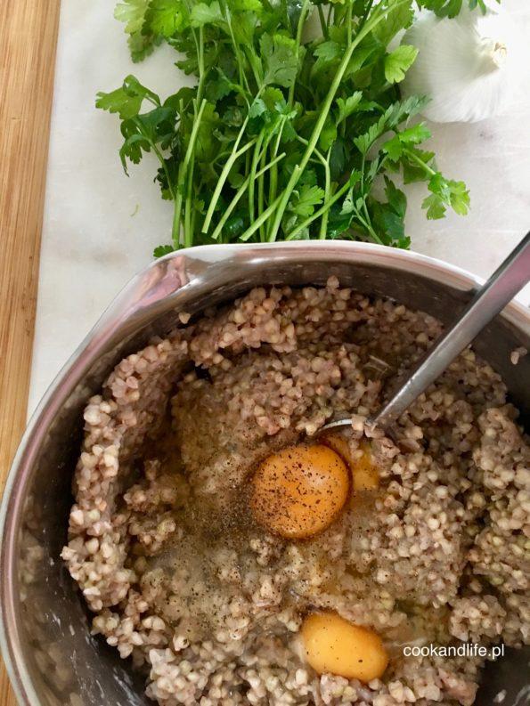 Kotlety z kaszy gryczanej w sosie grzybowym