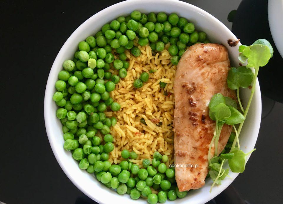 Pierś z kurczaka z ryżem i groszkiem