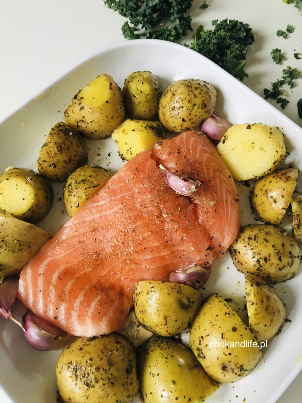 Łosoś w miodowej marynacie pieczony z ziemniakami - przepis