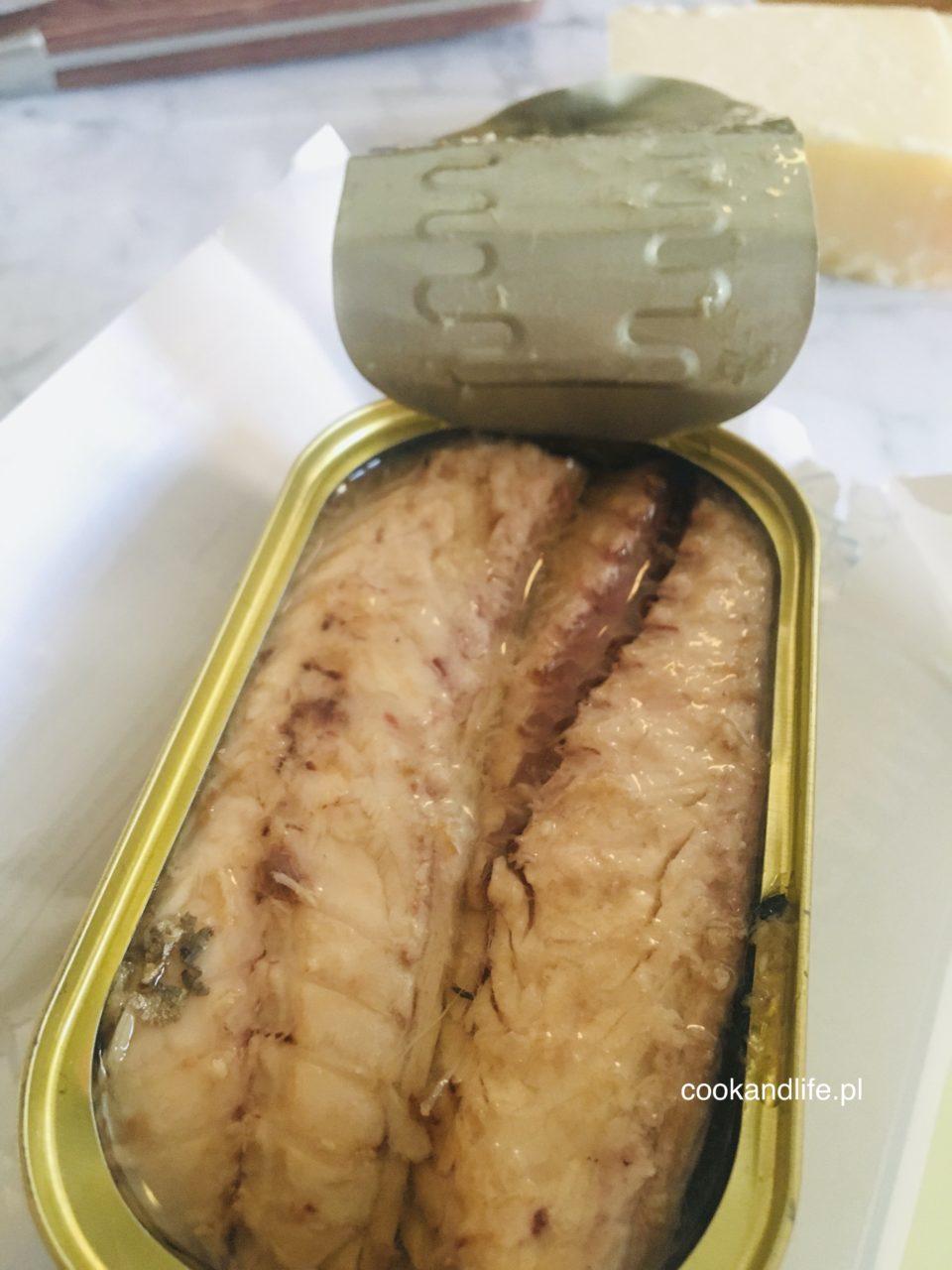 Makaron gryczany z makrelą, bakłażanem i kaparami - przepis