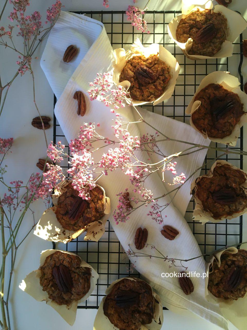 Muffinki wegańskie z cukinią, jabłkiem i orzechami pekan - przepis