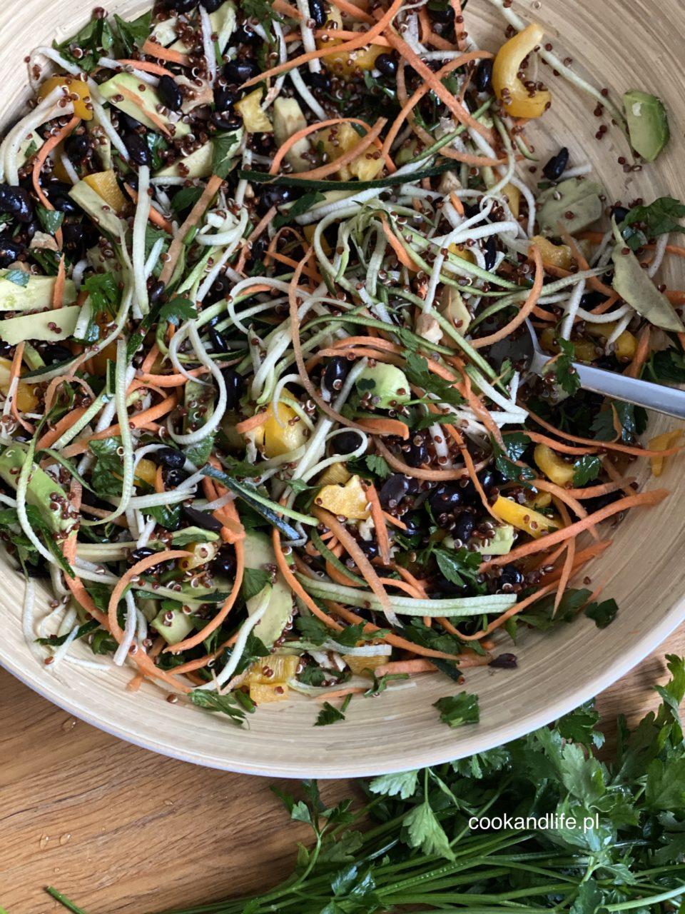 Sałatka z czarnej fasoli i quinoa