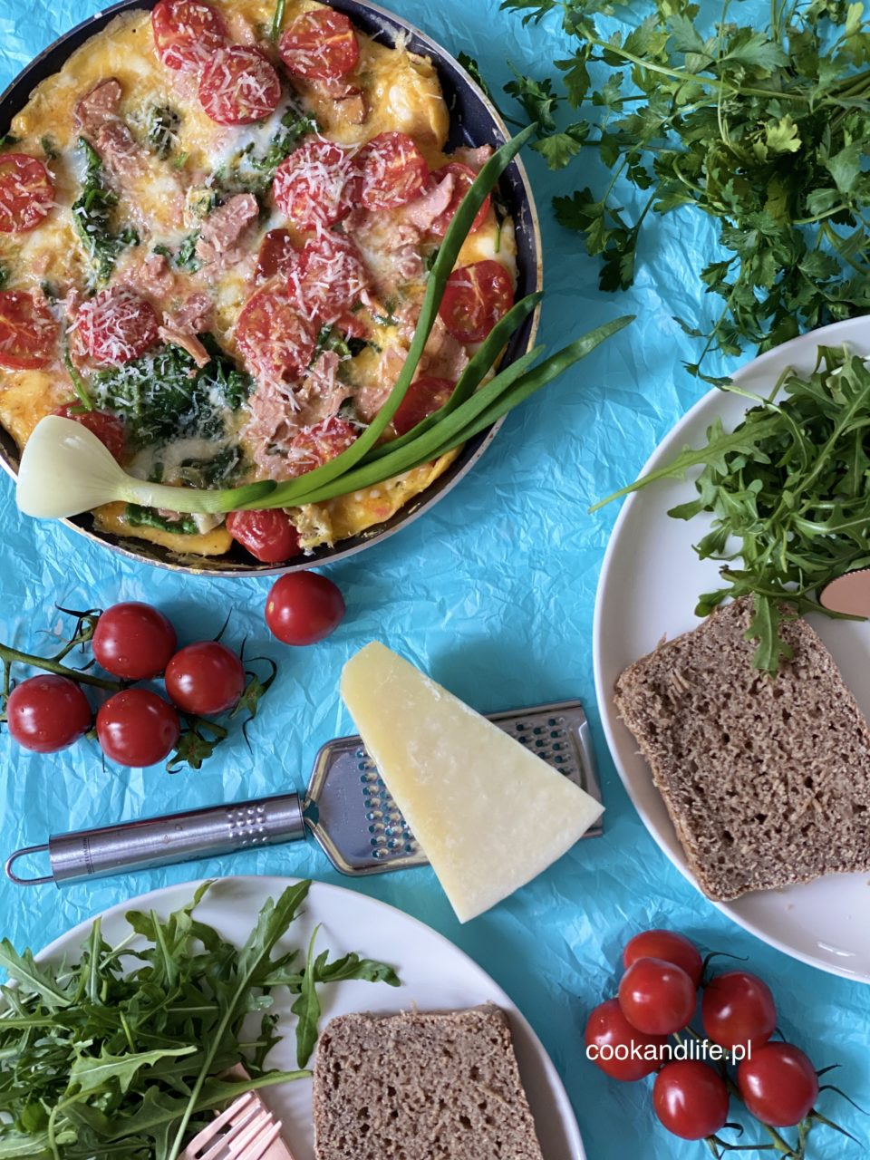 Frittata ze szpinakiem i pomidorkami koktajlowymi
