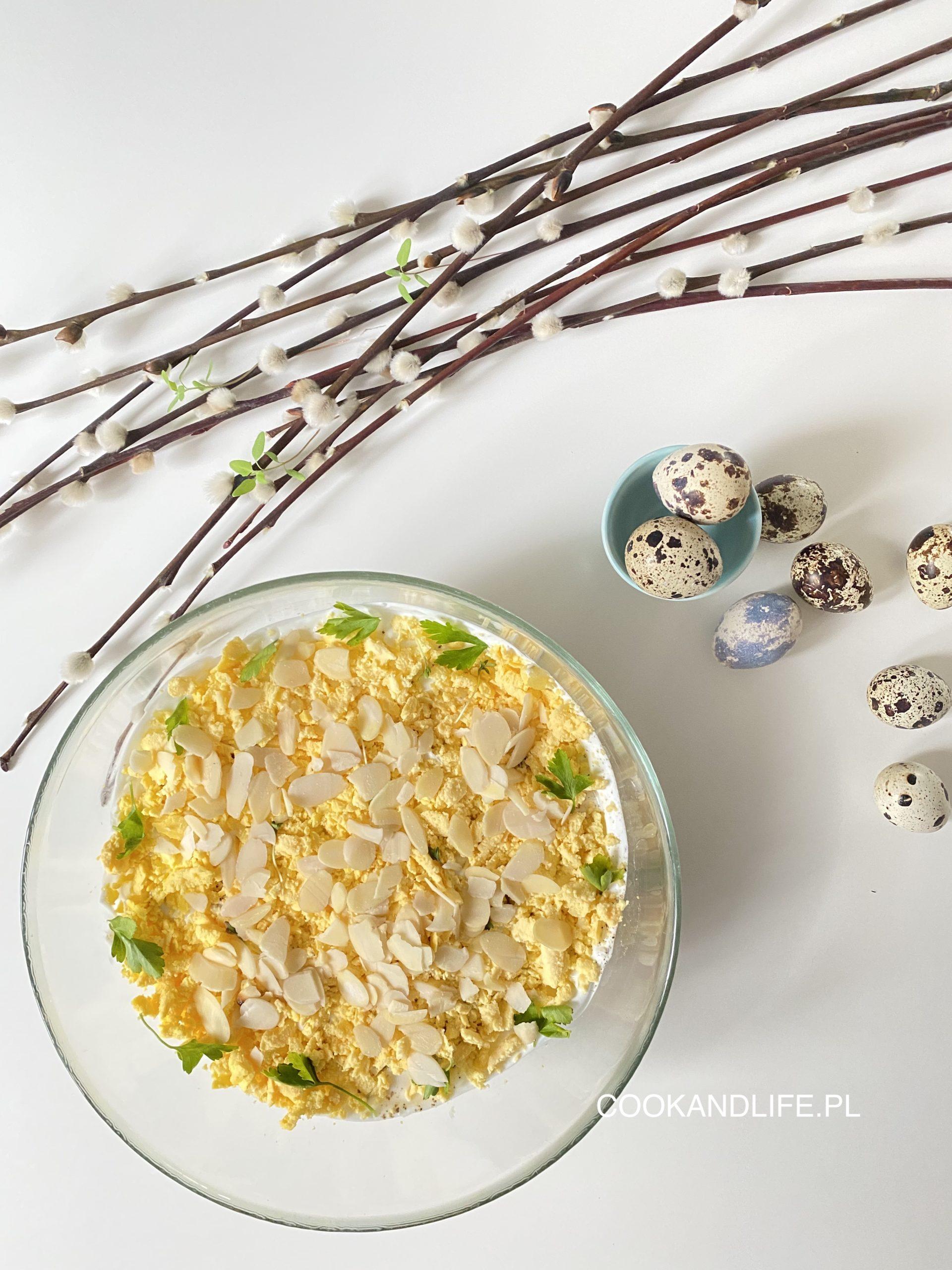 Warstwowa sałatka z łososiem pieczonym nie tylko na Wielkanoc